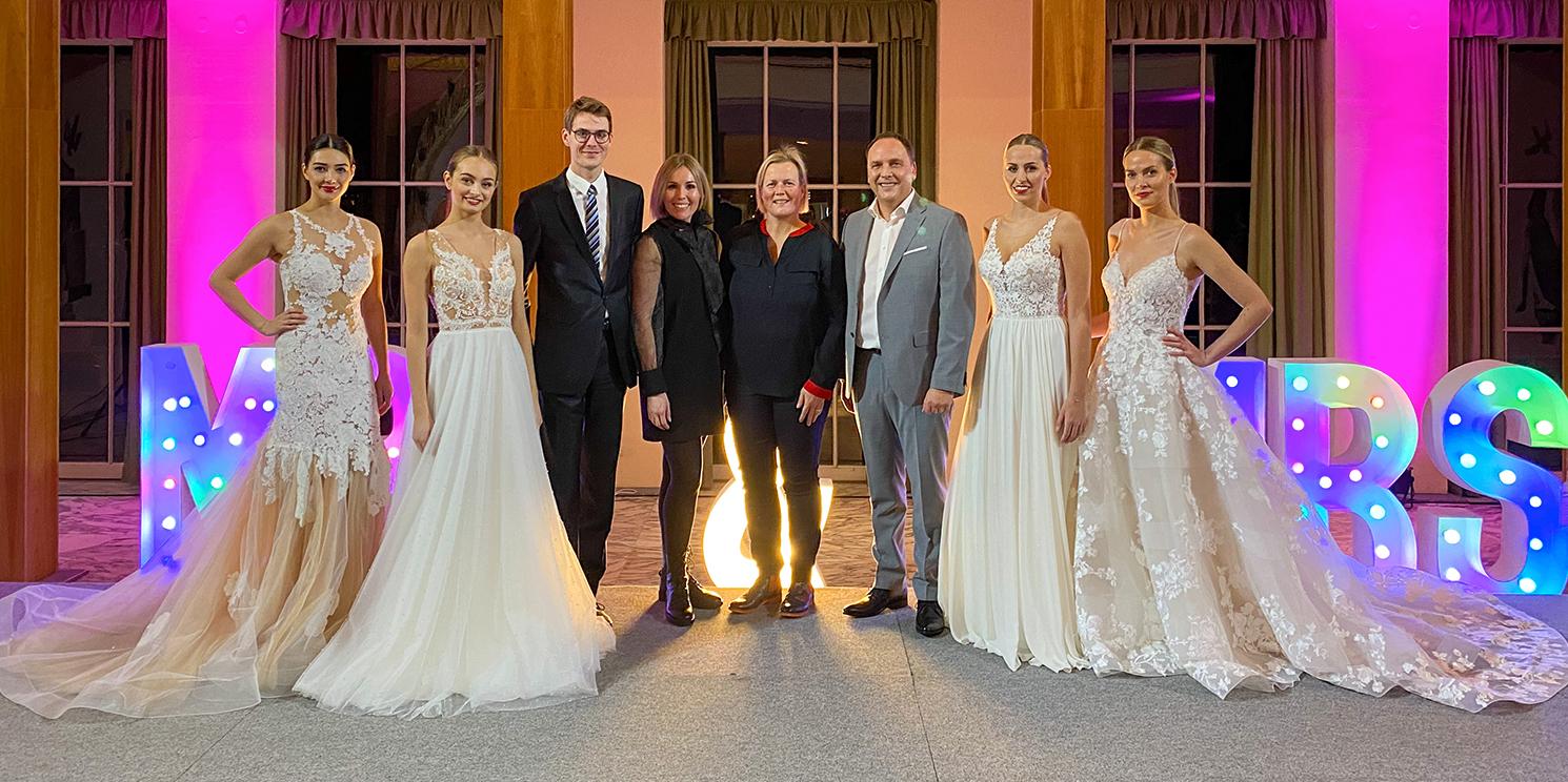 Blicken auf eine erfolgreiche Hochzeitswelt 2020; Models von Nastasja Gebert Bridal Showroom, Jesse Jansen (Assistant Director of Sales & Marketing Dolce Bad Nauheim), Nastasja Gebert, Organisatorin Carolin Pascal (BestEvents by ITMS Marketing) und Bürgermeister Klaus Kreß